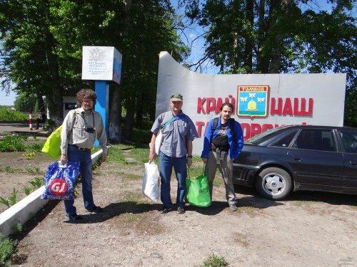 С продуктами и вещами для передачи Витишко перед входом в колонию