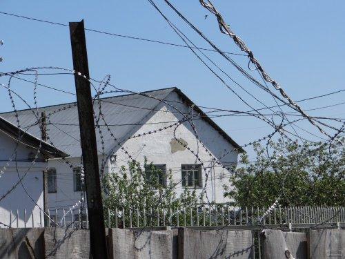 Бараки для содержания заключенных за забором колонии