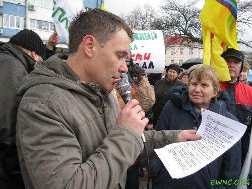 (2011.04.09) Туапсе, Е.Витишко зачитывает резолюцию митинга против запуска ТБТ